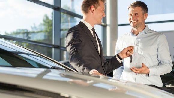 Persona comprando auto