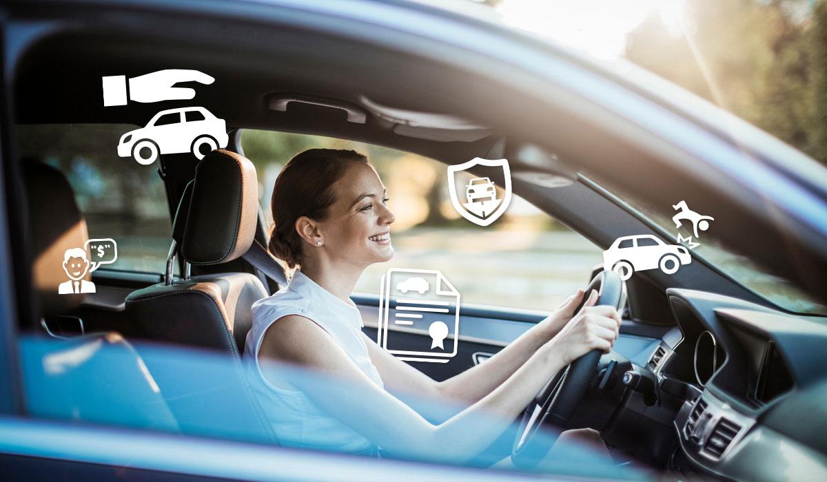 mujer manejando un auto asegurado