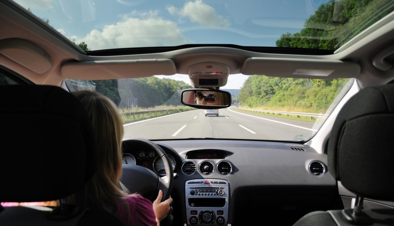 Viaje por carretera en auto.