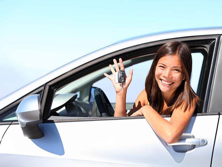 Mujer abordo de su auto nuevo.